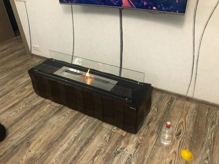 биокамин под телевизором в гостиной