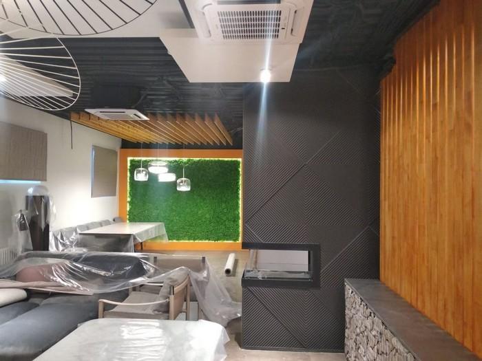 гипсовые панели на стене с биокамином