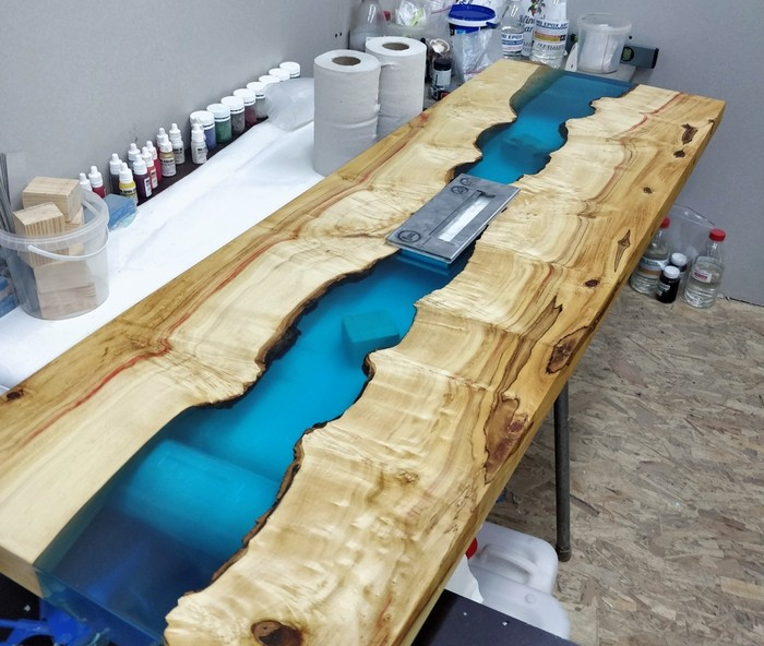 стол с биокамином из дерева и эпоксидной смолы
