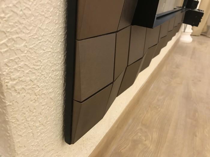 декоративная штукатурка в отделке стены с биокамином