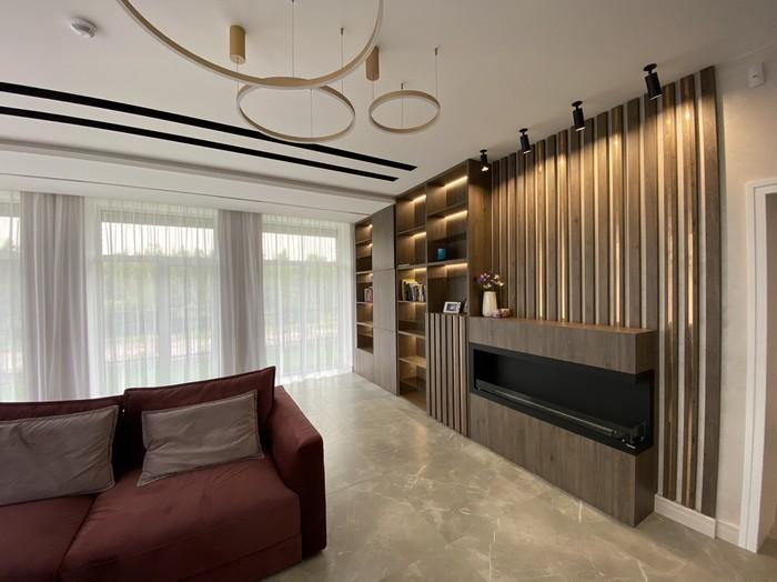 дизайн гостиной с угловым биокамином