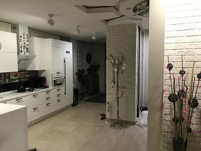 дизайн кухни-гостиной с биокамином