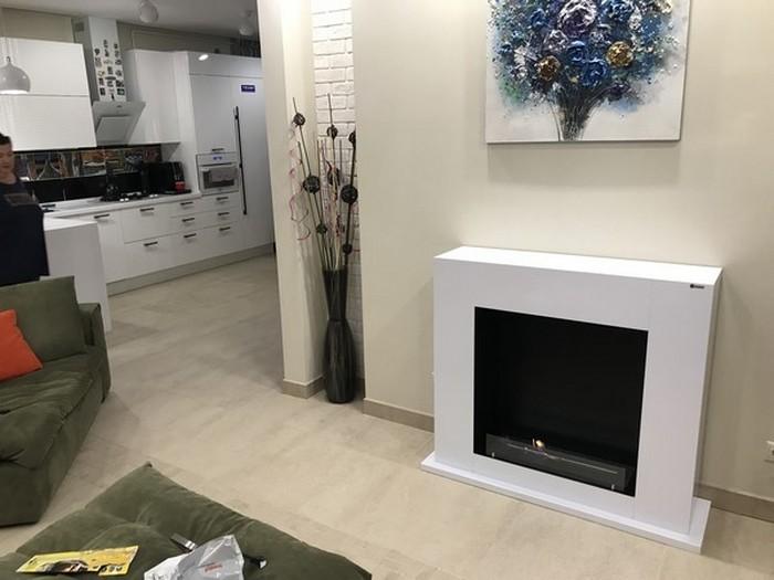 дизайн кухни-гостиной с биокамином в белом глянце